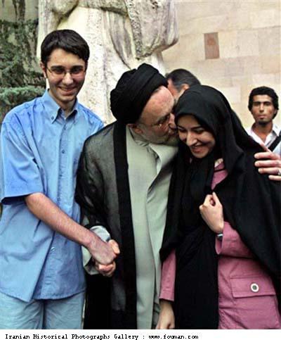 Mohammad Khatami mencium putrinya sambil memegang tangan anaknya . Sumber : http://fouman.com/Y/Picture_View-Khatami_Kissing_Daughter.htm
